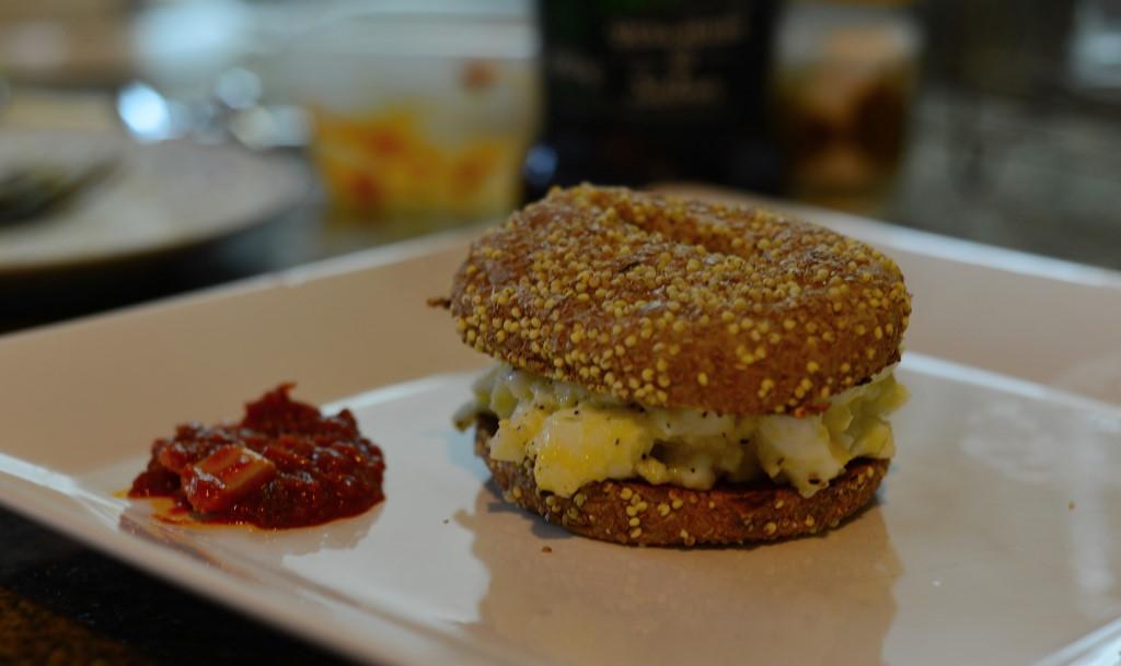 Beigl com salada de ovos e madbuja, molho apimentado.