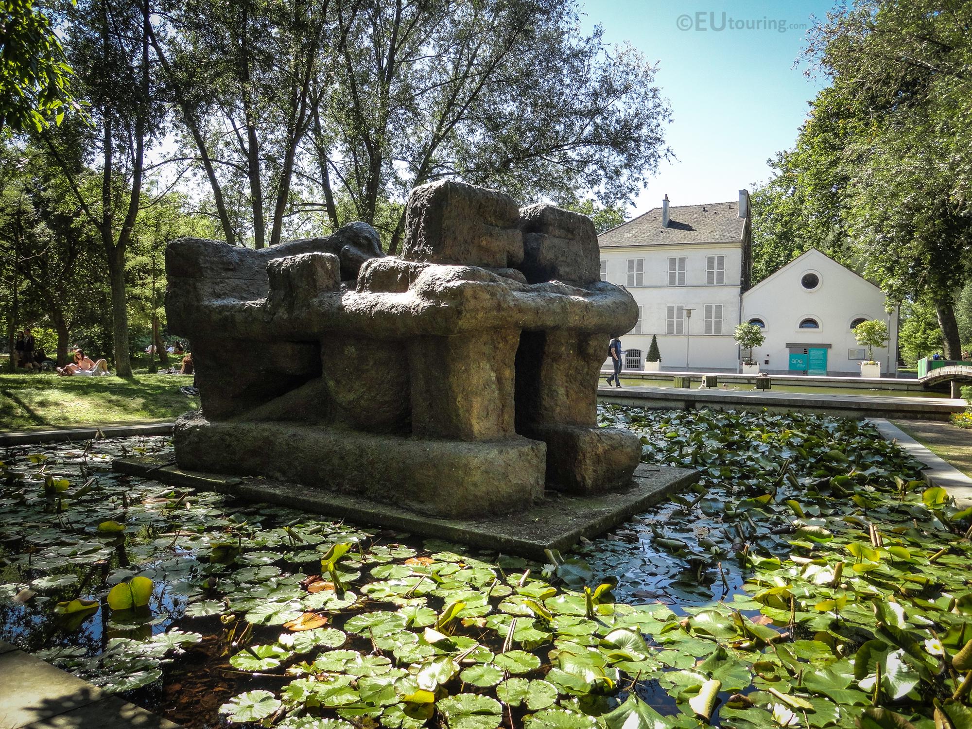 Agence Parisienne du Climat and statue