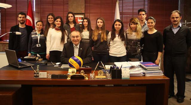 Üniversitenin ilk sporcuları Rektör Tarhan'a voleybol topu hediye etti.