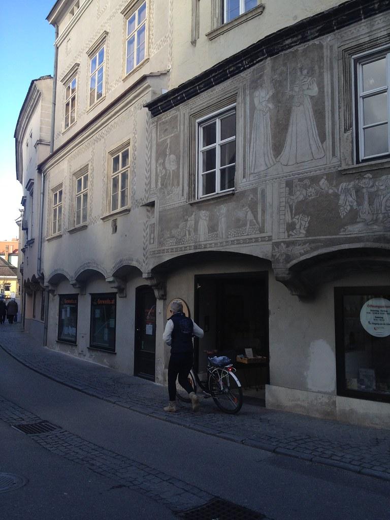 Untere Landstraße: architektonische Juwelen sind hier versteckt © diekremserin