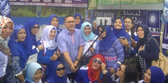 Ketua MPR Zulkifli Hasan Foto Bersama Warga di Terminal Rajabasa (Davit, 30 Juni)