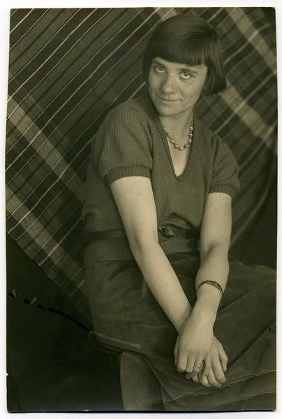 Erika Groth en 1930. Die junge Fotografin Erika Groth-Schmachtenberger, 1930er Jahre Foto Archiv Freilichtmuseum Glentleiten, Aufnahme. Erika Groth-Schmachtenberger