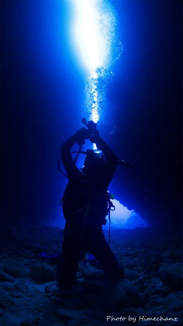 洞窟の光を撮影中のOさま。 かっこ良く撮ってみたw