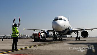 Sky Airline A320 llegada a puerta SCL (RD)