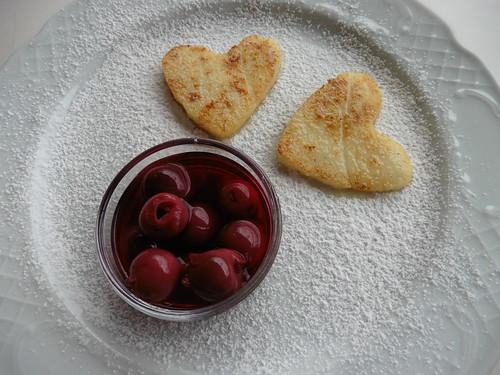 Griesherzerl mit eingelegten Kirschen