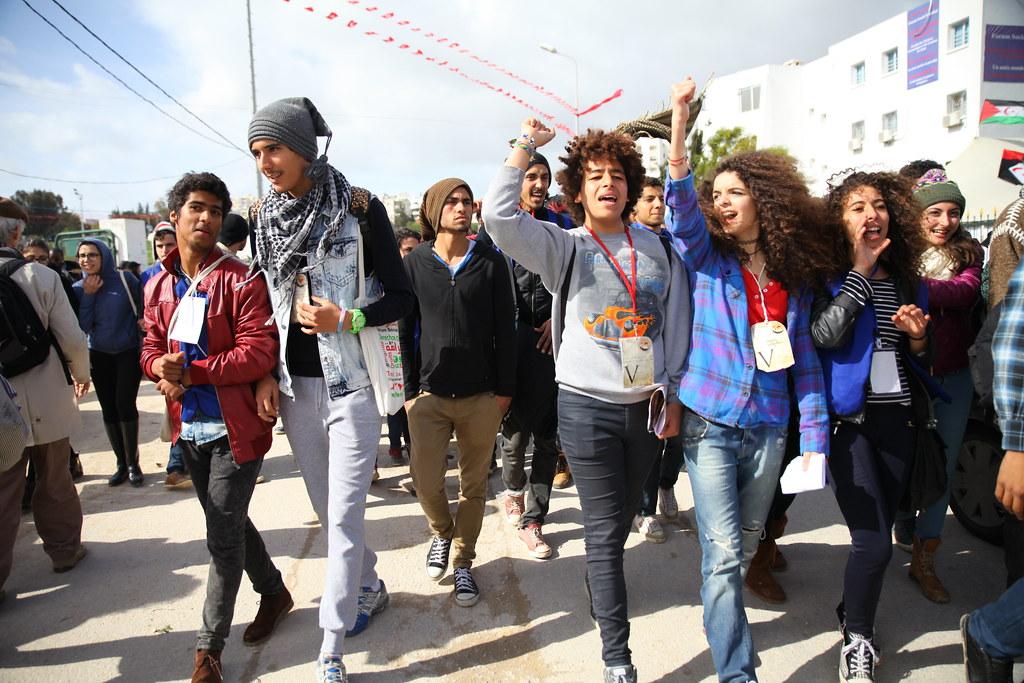 志工一面往校園內前進一面呼喊口號。(攝影:陳逸婷)