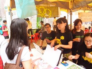 首次參與擺攤的地球公民基金會,透過互動遊戲,跟民眾講解PM2.5等環境議題。攝影:詹嘉紋。