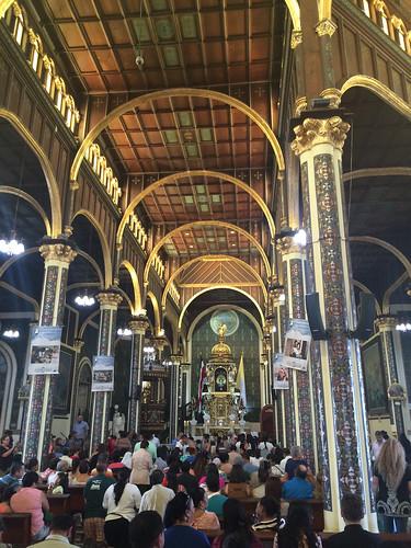 Cartago: les fidèles marchent à genoux jusqu'en l'autel
