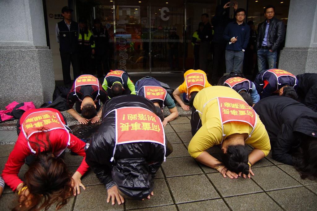臨離去前,Hydis工人以韓國正式的「跪拜禮」向近來為他們提供協助支持的臺灣團體、民眾表達感謝致意。(攝影:王顥中)