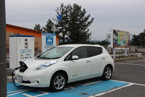 青山剛昌ふるさと館駐車場にある急速充電器で充電中の日産リーフ