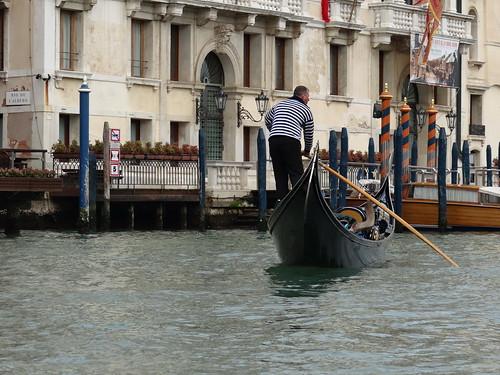 In Venedig machen Sie einen ganz besonderen Ausflug und kombinieren eine entspannte Gondelfahrt über die herrlichen Kanäle von Venedig 00672