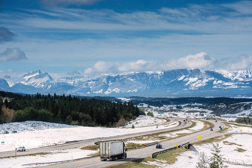 Mountain Image of Truck Driving in Distance / Photo d'une montagne avec un camion à l'horizon