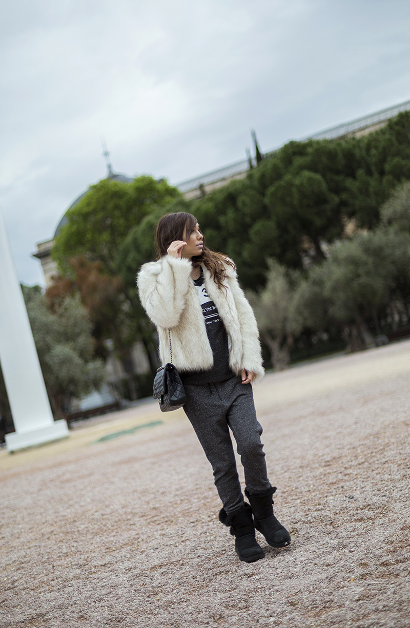 street style barbara crespo fur coat white boyfriend pants ugg boots fashion blogger outfit blog de moda