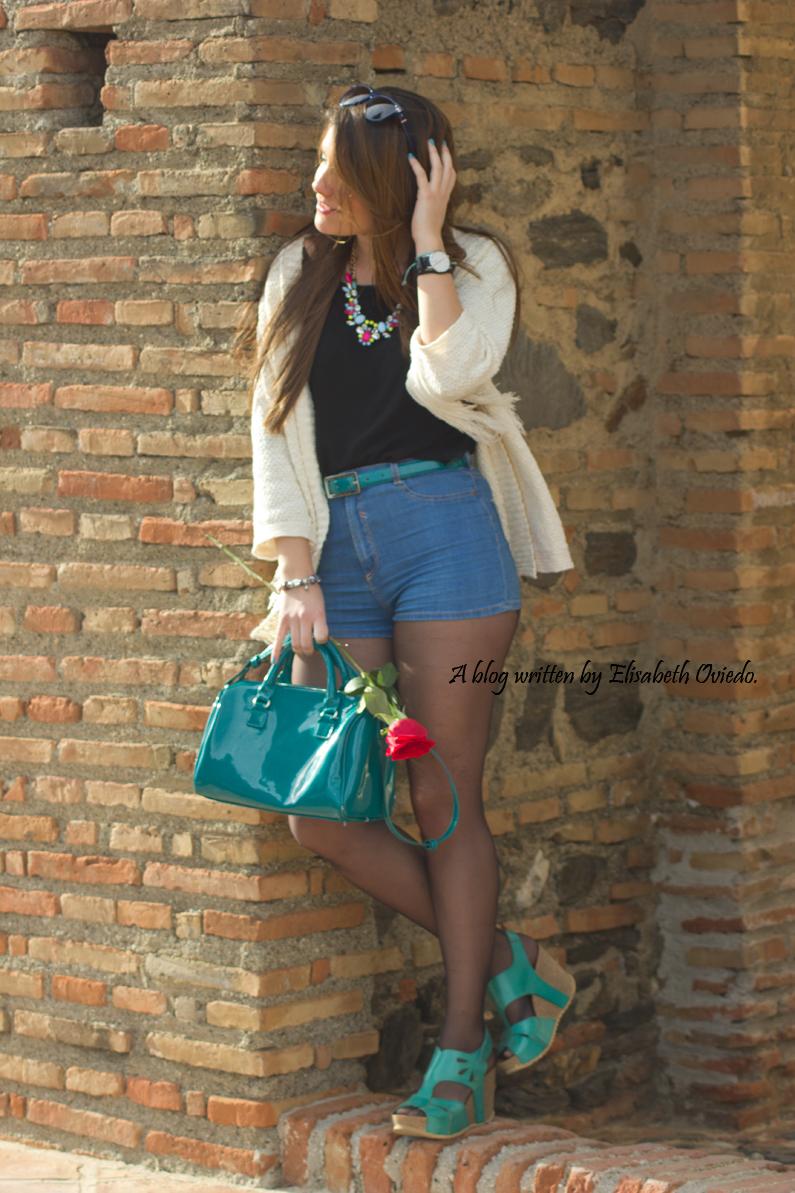 poncho blanco con shorts denim y tacones HEELSANDROSES (5)