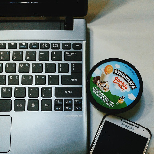 Browsing, texting and eating#vscocamsg #vscogrid #vscofood#VSCOcam#vscofun#vscodaily