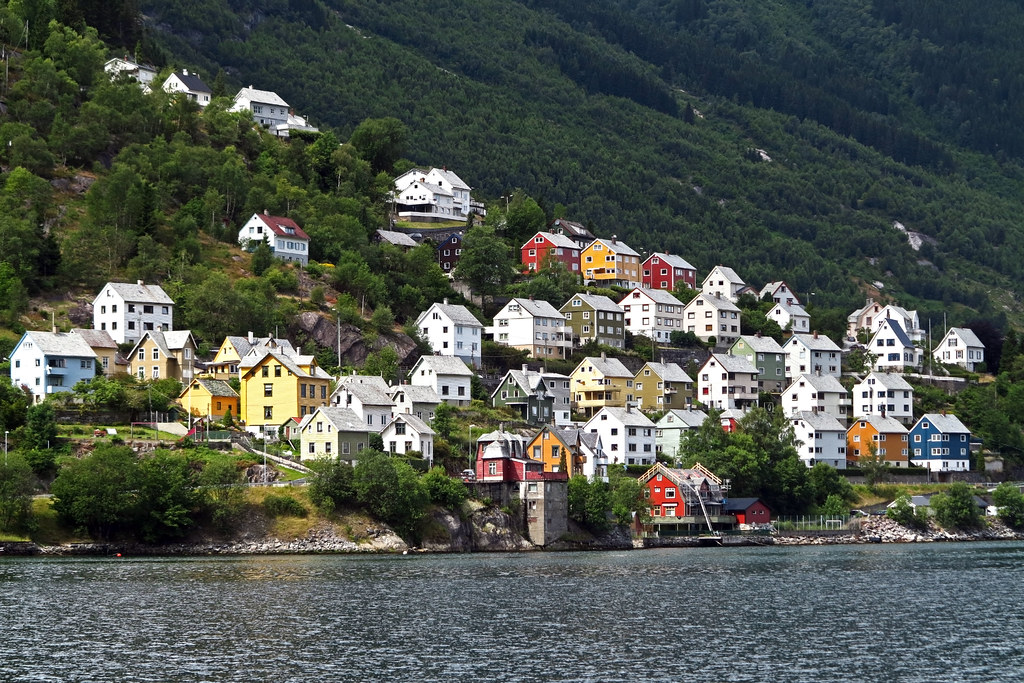 Homes along Kleivavegan near Odda