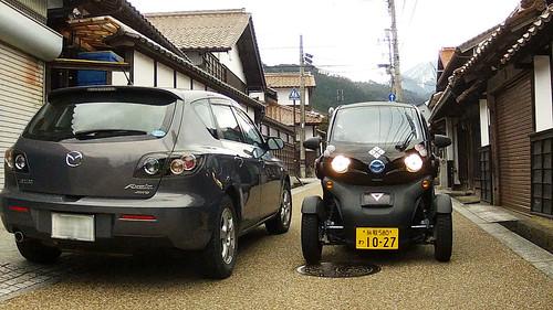 鳥取市鹿野町の城下町の路地ですれ違う乗用車と日産ニューモビリティコンセプト