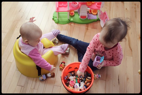 les deux filles jouent