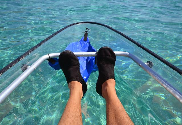 Mis pies en el kayak con los escarpines puestos