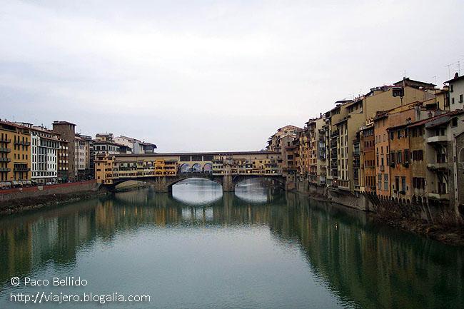 El río Arno y el Ponte Vecchio. © Paco Bellido, 2003
