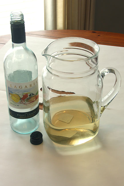 1-Fill-vase-with-wine