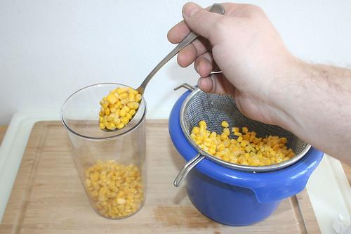 14 - Hälfte des Mais in hohes Gefäß geben / Put half of corn in bowl