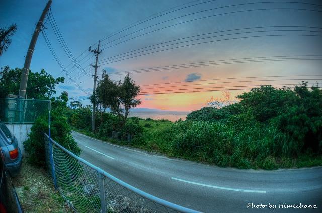 家の前からの夕日♪ まぁ昨日のだけどw 西表島に見事に沈んでいきました♪