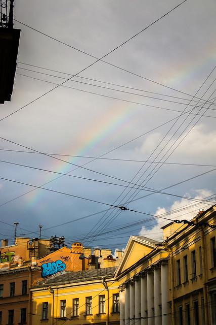 Rainbow above the city, Saint Petersburg, Russia サンクトペテルブルク、路地から見上げた虹