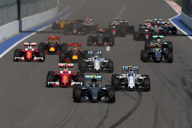 正賽前半段便「撞」況頻傳,Red Bull Racing車隊的Daniil Kvyat連續追撞Scuderia Ferrari車隊的 Sebastian Vettel,隨即遭受10秒Stop& Go的判罰