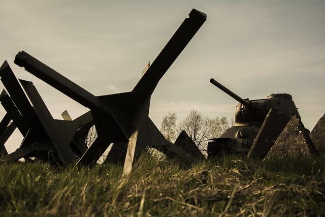противотанковые ежи и Т-34