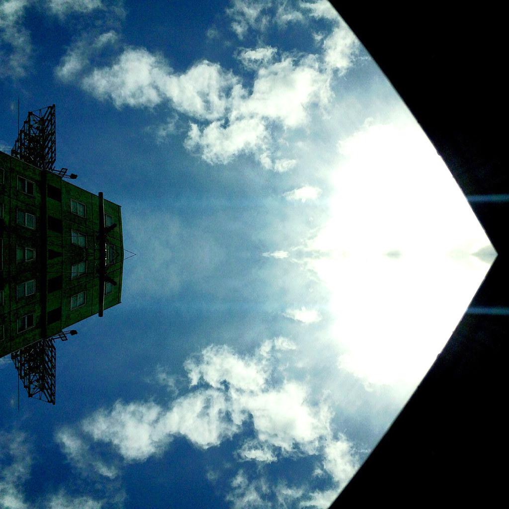 空と雲と光と幻想(対称加工)