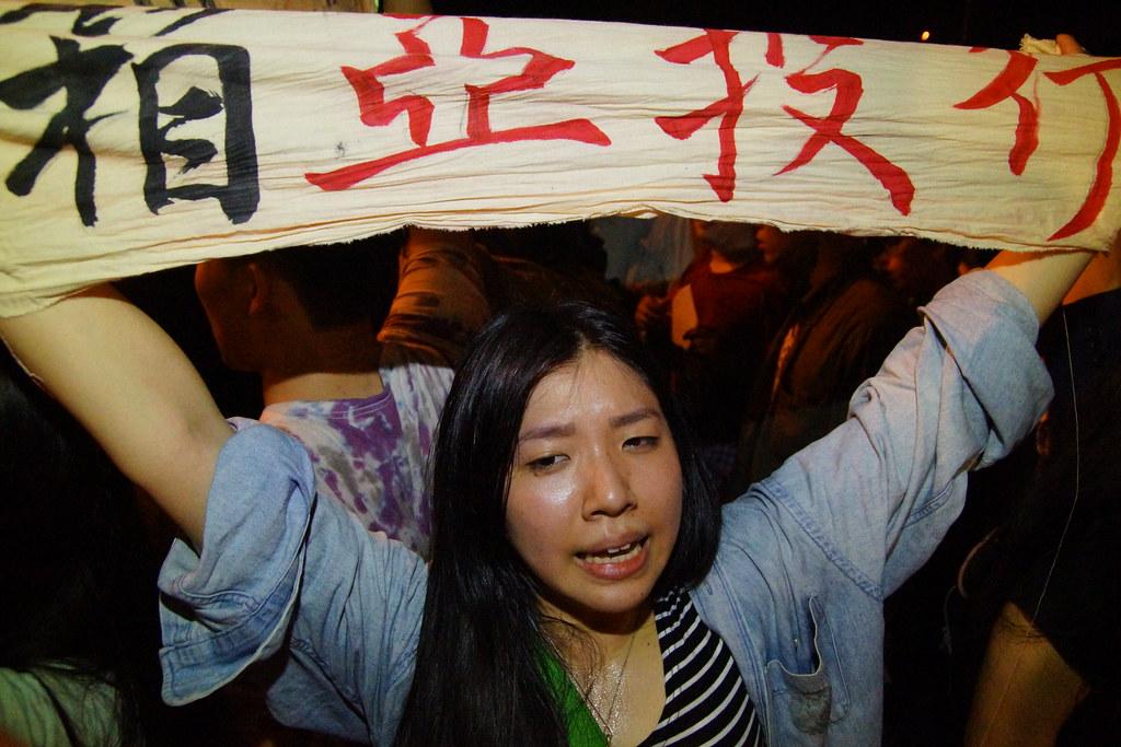 黑島青等團體突襲總統府抗議加入亞投行決策黑箱。(攝影:王顥中)