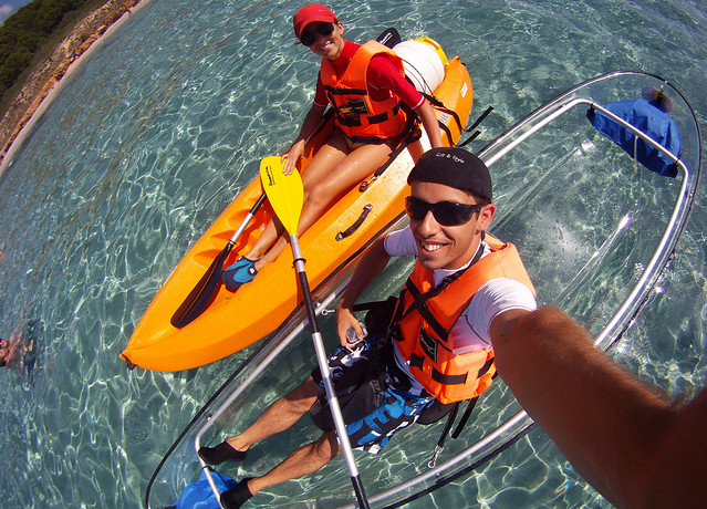 Saliendo de la cala de santo tomas en Menorca rumbo en kayak