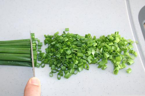 11 - Schnittlauch in Röllchen schneiden / Cut chives in rolls