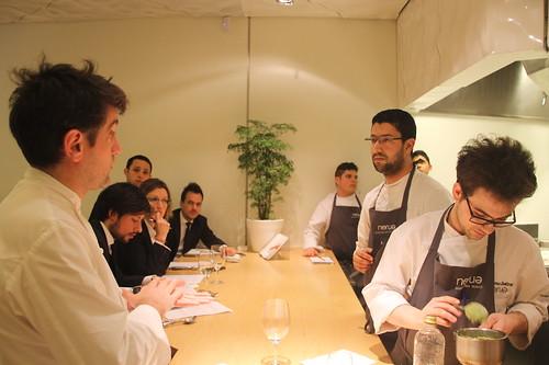 Josean habla con Ahmed sobre cocina marroquí, mientras el jefe de cocina, Giacomo Sbalzer, prepara un fondo