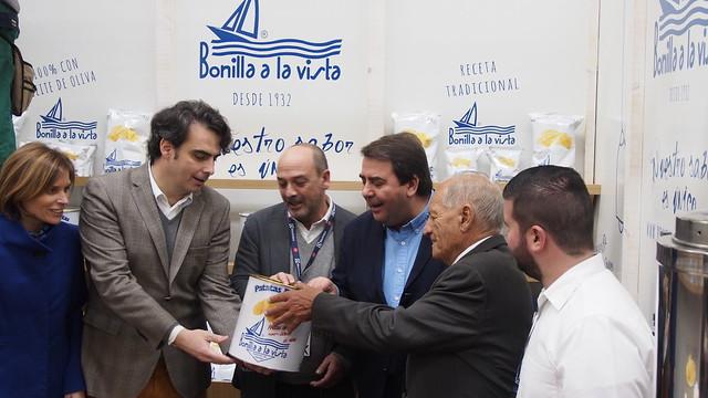 _LZX4687 El alcalde de Coruña, échandole la mano al bote....de patatas fritas Bonilla, posiblemente las mejores del mundo