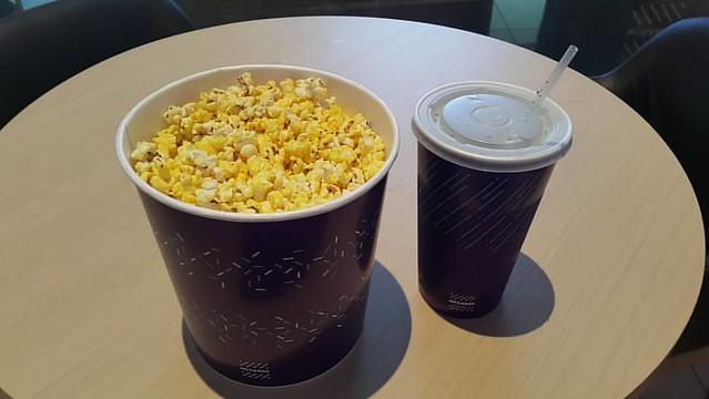 이게 얼마만이냐 3년만에 #영화관 나들이 혼자만의 시간.   영화는 #캡틴아메리카 #시빌워 를 단독관람.   팝콘과 음료를 준비하고 입장 전까지 팝콘 한 개, 음료 한모금씩 먹으며 기다리는 이 시간.  진짜 오랜만이야.  #수원영통 #메가박스 #영화관 #suwon #yeongtong #megabox  #popcorn #cola