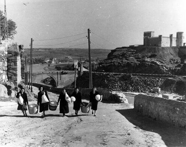 Mujeres suben la colada en la Cuesta de Doce Cantos en 1952. Fotografía de Erika Groth-Schmachtenberger © Universitätsbibliothek Augsburg