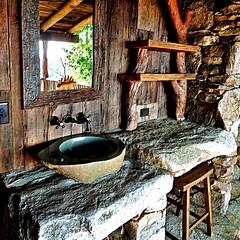 Tempat cuci tangan yang alami dan diatur tampak indah.