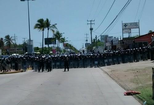 Marchan maestros en Acapulco hacia la sede del Tianguis Turístico