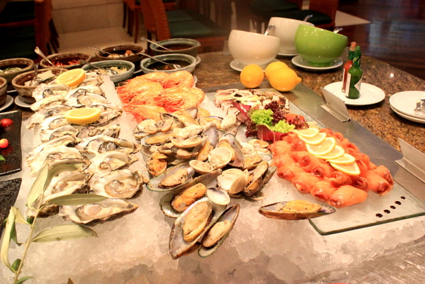 Oysters, prawns, marinated mussel and salmons-001