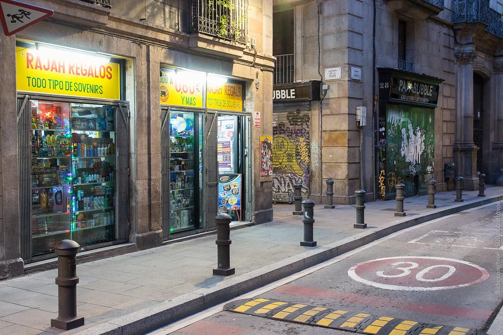 Индийский магазин сувениров в старом городе Барселоны