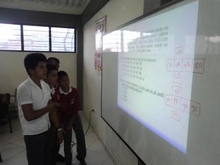 Estudiantes resolviendo ejercicios 2