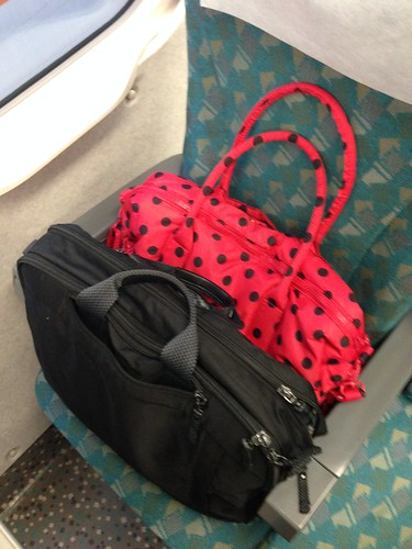 PROMAX三用筆電包與VOVAROVA波士頓包一起擠在高鐵座位上等我去塞行李@VOVAROVA紅色點點圓舞曲波士頓包