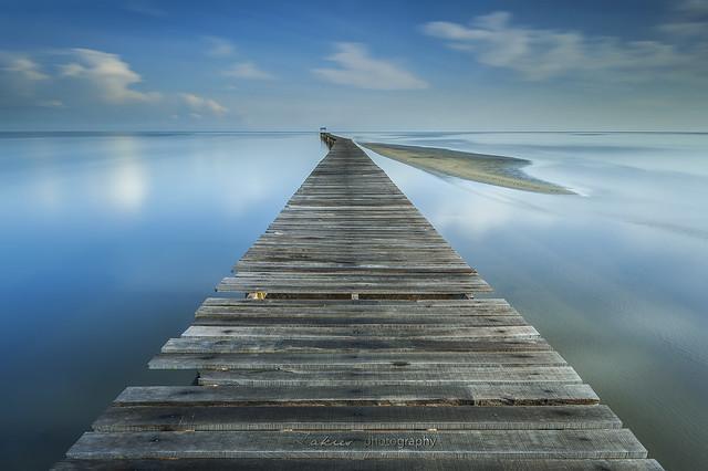 деревянная дорожка на озере