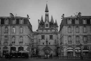 Porte Cailhau 의 이미지. blackandwhite bw france architecture noiretblanc bordeaux nb porte quai gothique aquitaine gironde portecailhau cailhau architecturegothique quairichelieu portedupalais