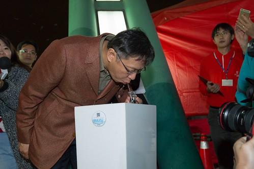 柯文哲反瓶裝水,推自來水直飲;圖片來源:台北市長柯文哲臉書