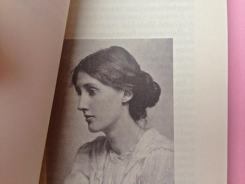 Virgina Woolf, Gita al Faro. Einaudi 2014. Progetto grafico di 46xy. Illustrazione fotog. b/n, nel corpo del testo, a pag. V (part.), 1