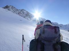 Durch den Schnee der Sonne entgegen