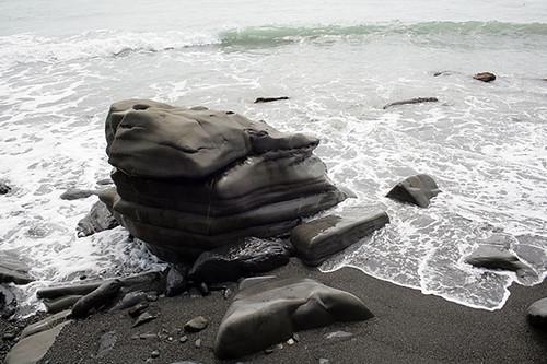 被海浪洗的圓滑岩石。攝影:朱雲瑋